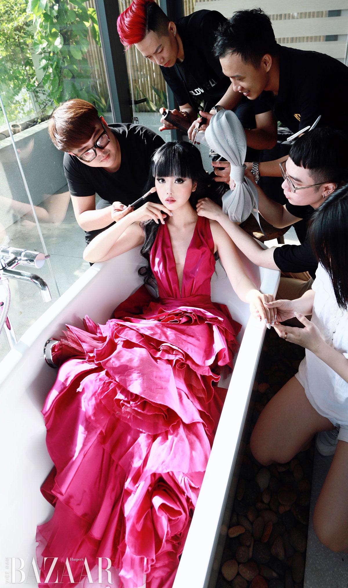 Jessica Minh Anh chơi nổi với mái tóc highlight bạc tại tiệc Harper's Bazaar 2