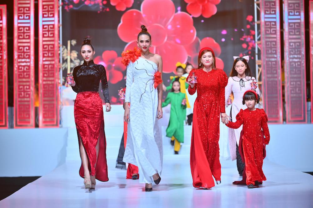 Võ Hoàng Yến làm vedette tại Lễ hội áo dài Phương Lly của NTK Phương Hồ