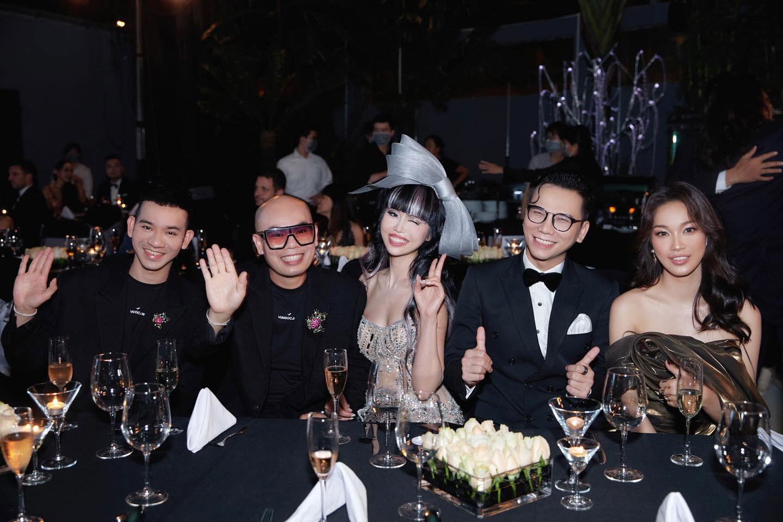 (Từ trái sang) Bộ đôi hai nhà thiết kế VUNGOC&SON, Jessica Minh Anh, nhiếp ảnh gia Kiếng Cận, và Coco Thùy Dung tại tiệc Harper's Bazaar Year End Party.