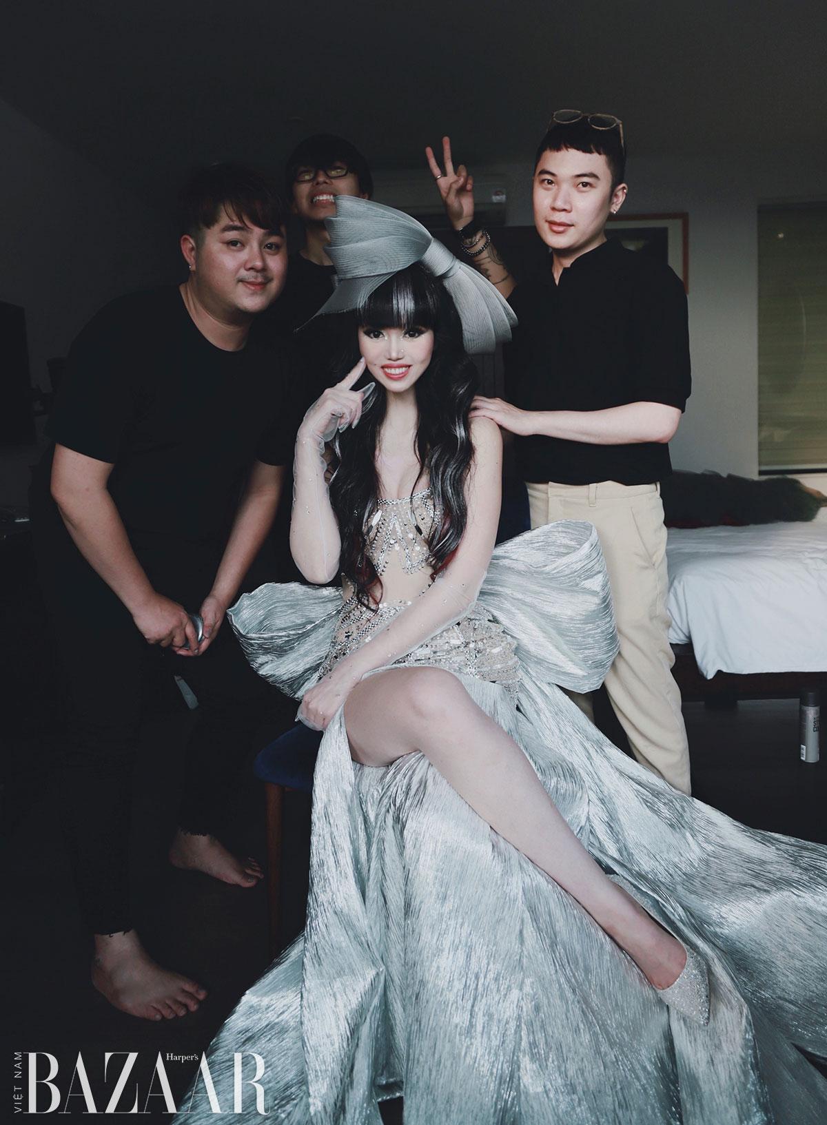 Jessica Minh Anh chơi nổi với mái tóc búp bê highlight bạc tại tiệc Harper's Bazaar