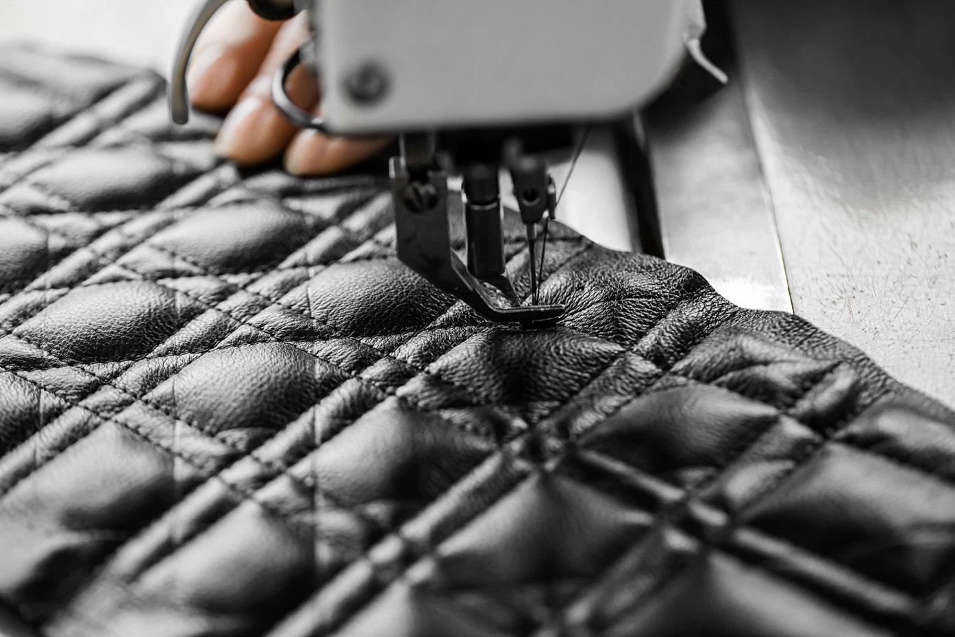 Savoir Faire: Dior hé lộ quy trình may vá thủ công tạo nên chiếc túi Caro