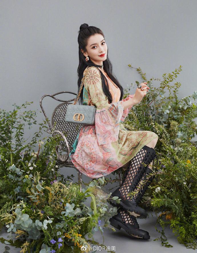 Cách đeo túi Dior Caro đi làm, đi chơi như Angelababy