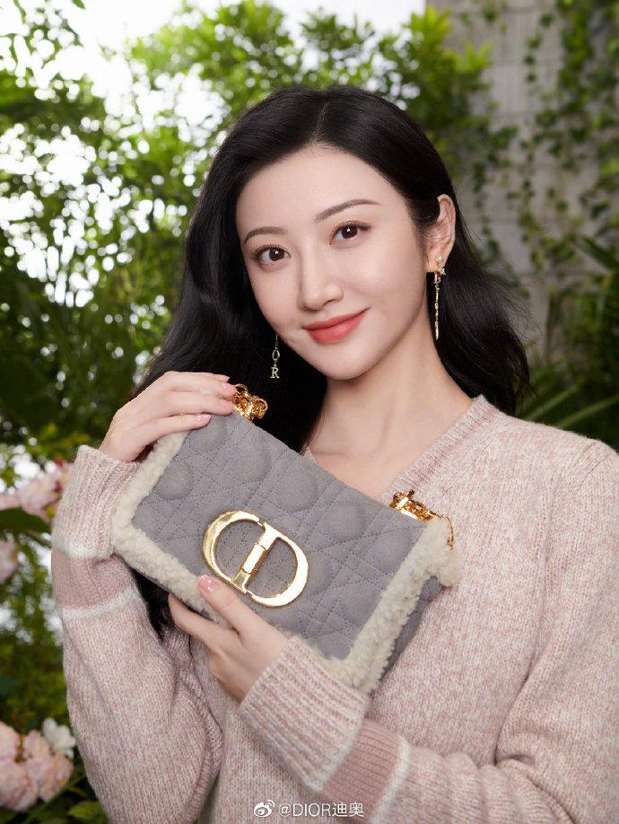 Cách đeo túi Dior Caro đi làm, đi chơi như Angelababy, Bae Suzy 2