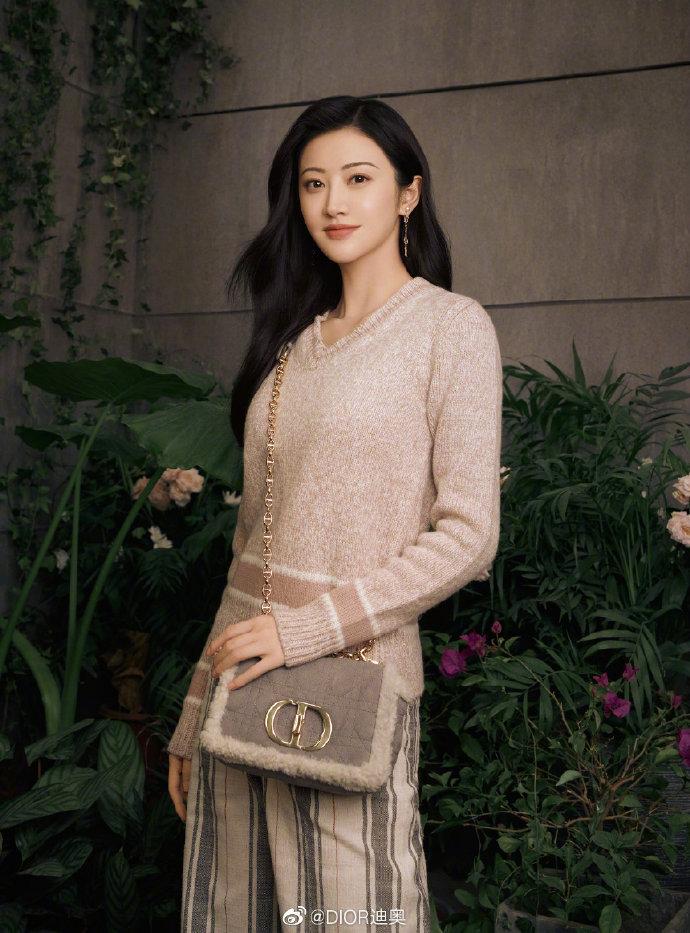 Cách đeo túi Dior Caro đi làm, đi chơi như Cảnh Điềm