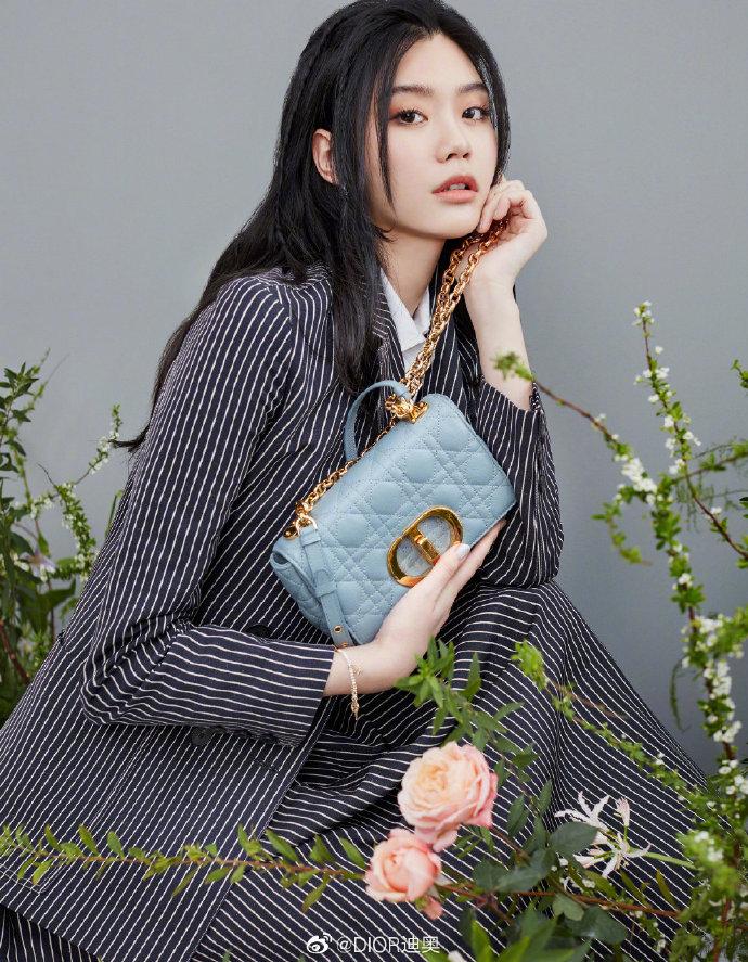 Cách đeo túi Dior Caro đi làm, đi chơi như Hề Mộng Dao (Ming Xi)