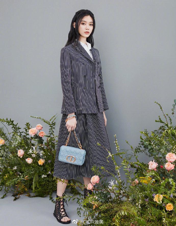 Cách đeo túi Dior Caro đi làm, đi chơi như Angelababy, Bae Suzy 3