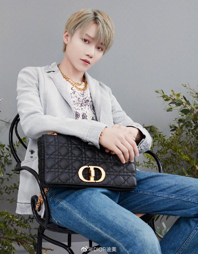 Cách đeo túi Dior Caro đi làm, đi chơi như Xin Liu The9
