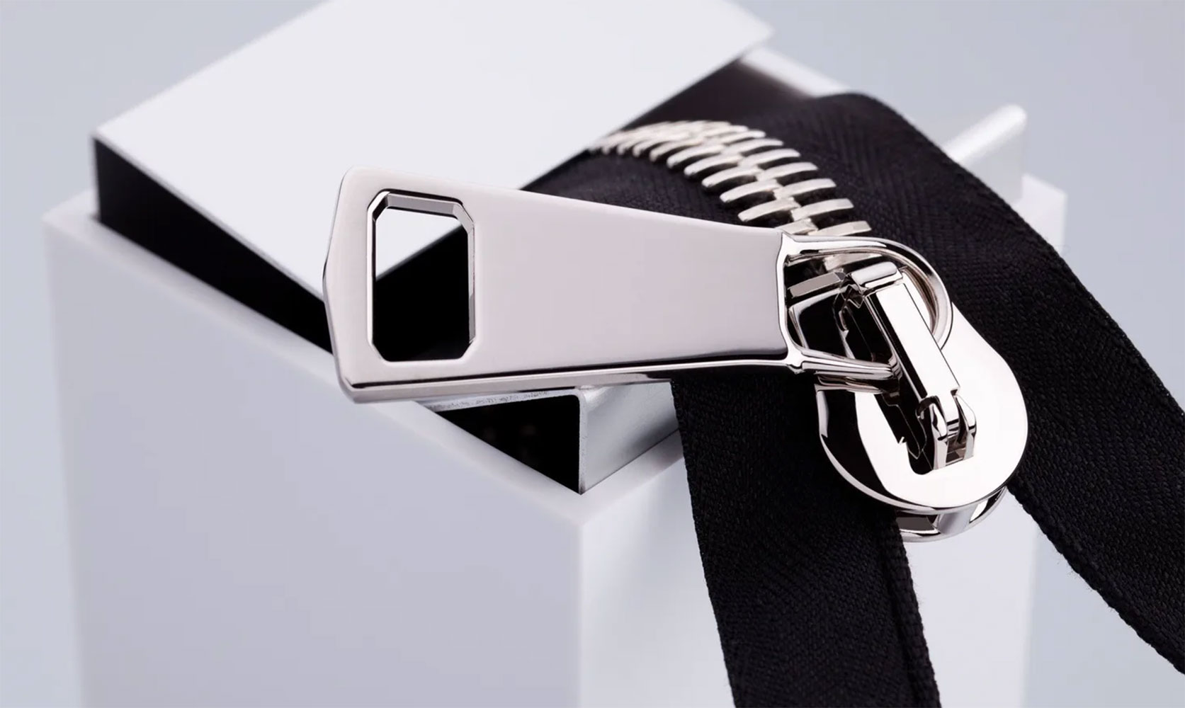 Dây khóa kéo: Chi tiết giúp phân biệt túi xách thật – giả, sang – dổm. Ảnh: Raccagni
