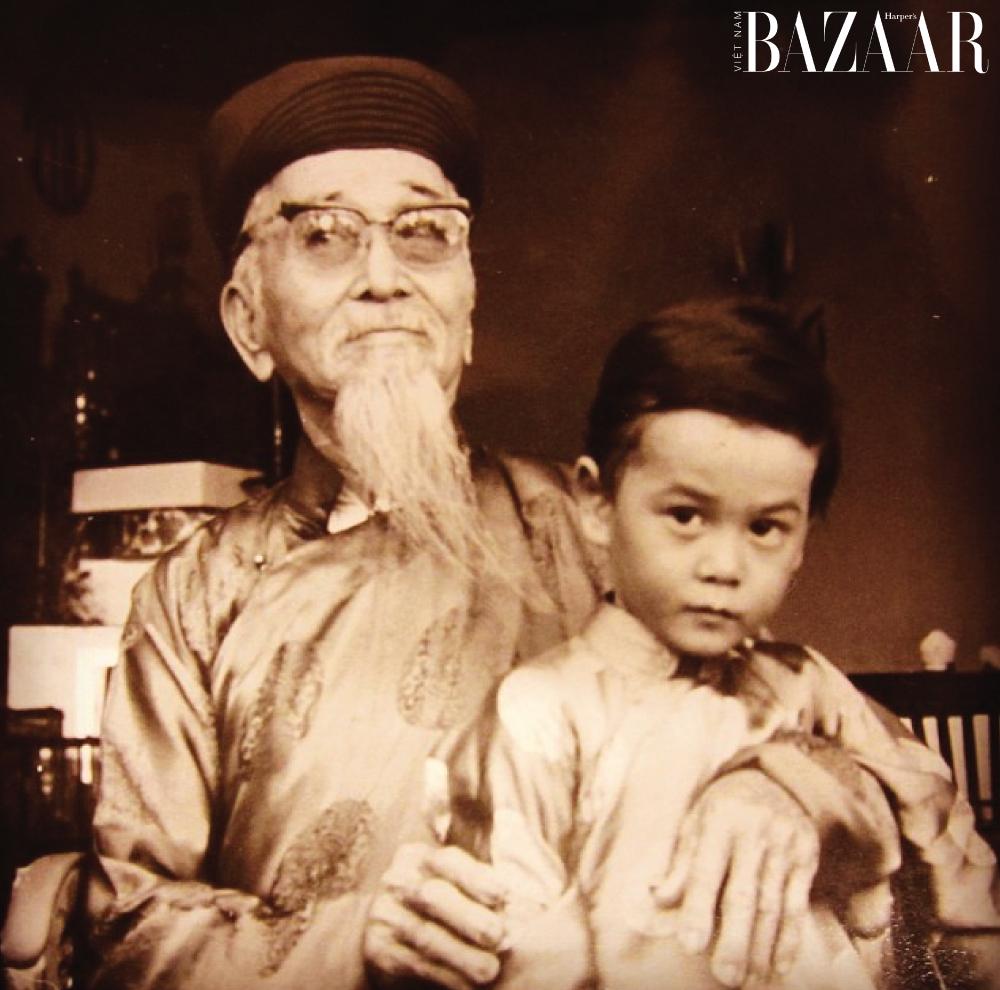 Cậu bé Cyril Phan (tên thật của Cyril Kongo) trong chiếc áo dài truyền thống Việt Nam.