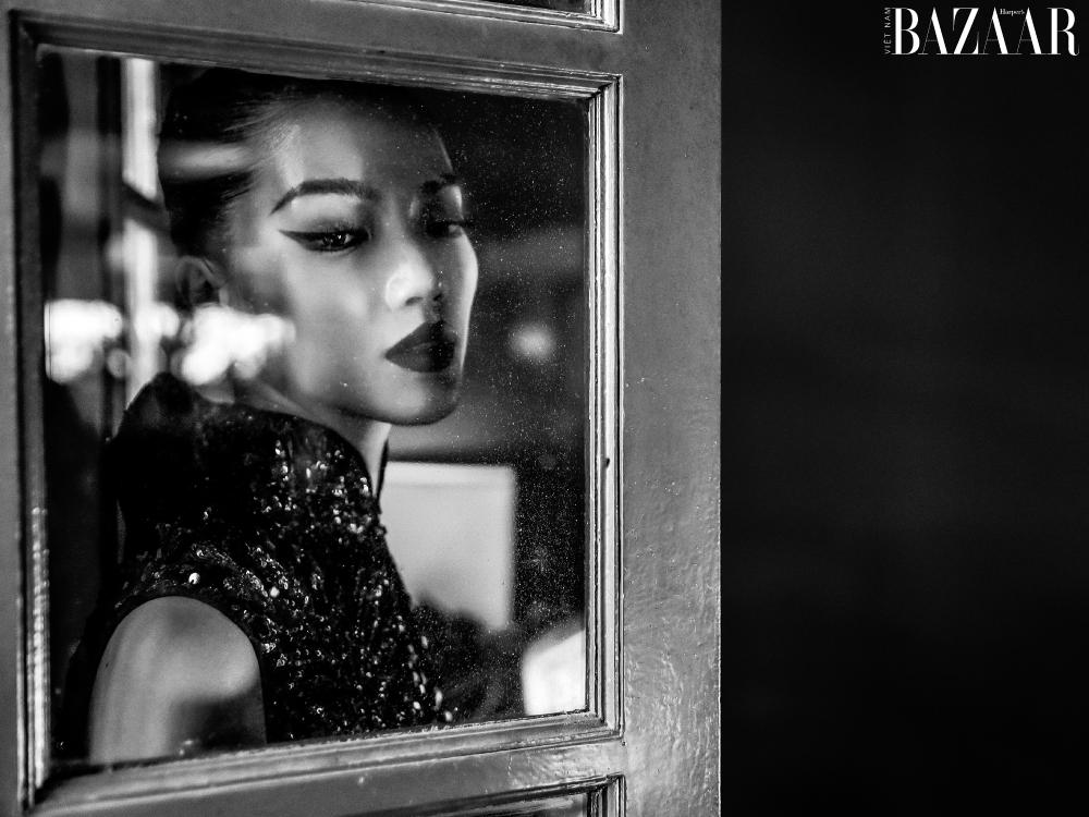 Một kiểu ảnh trắng đen nhằm tôn vinh thần thái xuất sắc của người đẹp.