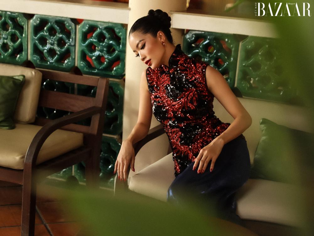 Trong thiết kế sườn xám đỏ, Lâm Bích Tuyền vừa quyến rũ, lại có nét mong manh Á Đông.
