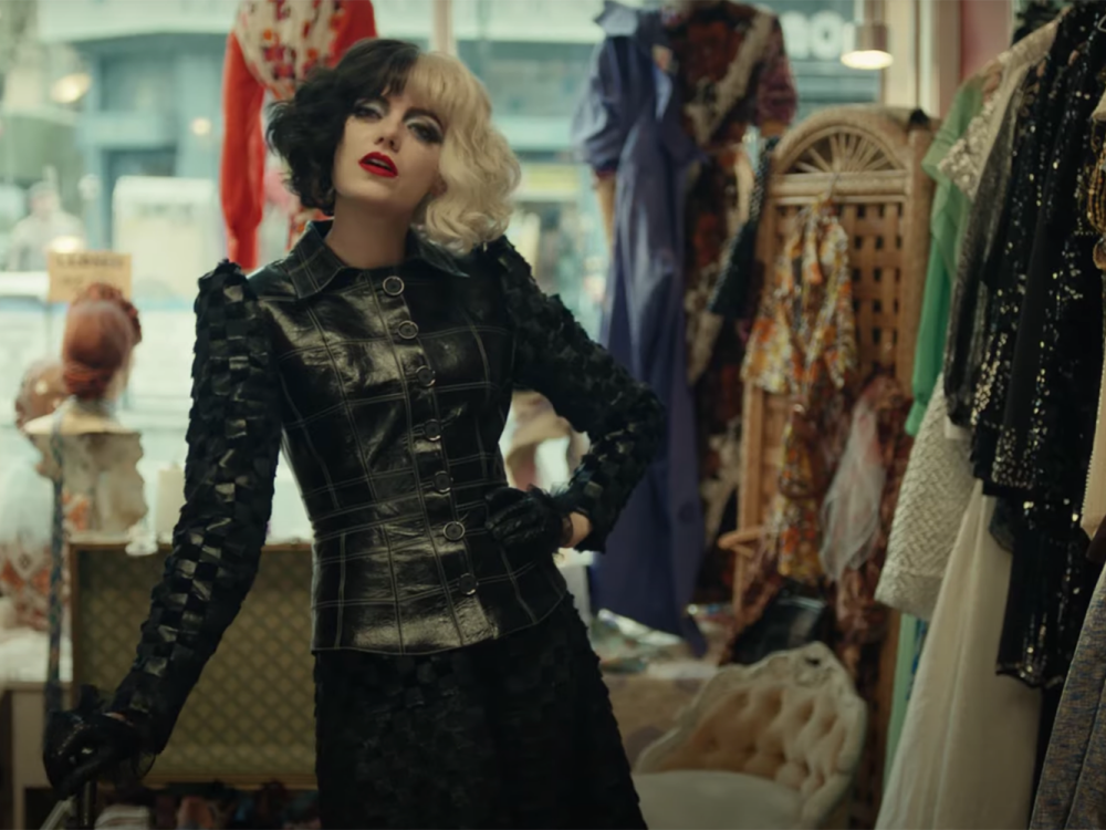 Emma Stone sành điệu trong Cruella. Ảnh: hearstapps.com.