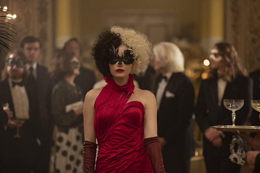 Emma Stone quyến rũ trong vai Cruella. Ảnh: russh.com.
