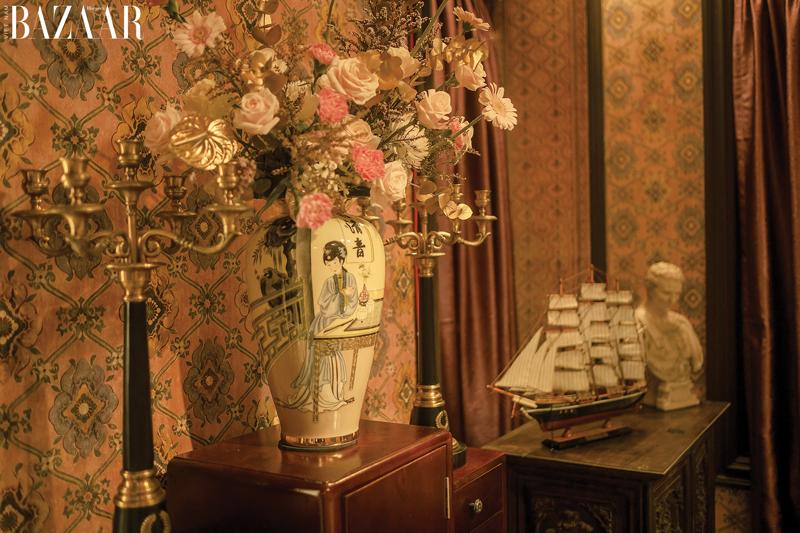 Nội thất phim Gái già lắm chiêu V được phủ đầy hoa tươi và giấy dán tường hợp màu.