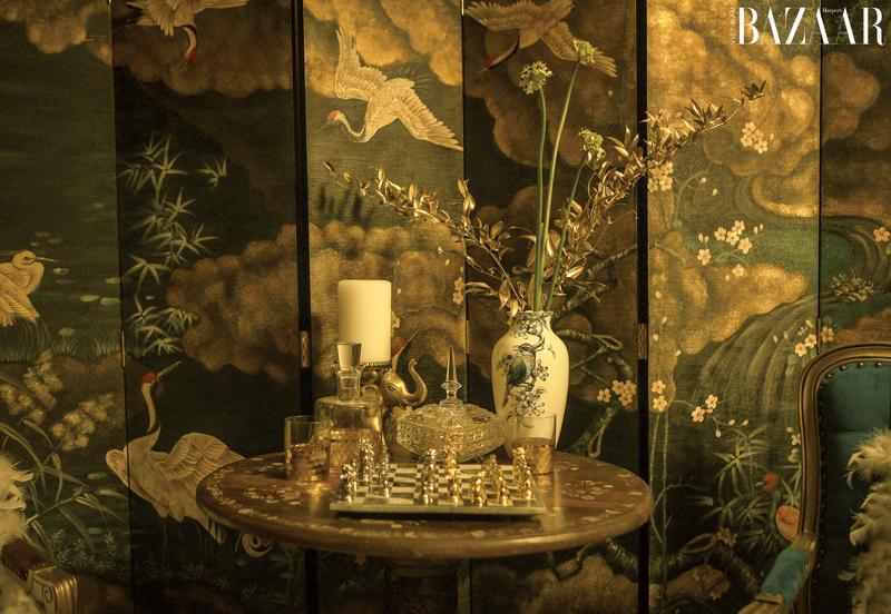 Nội thất phim gồm bàn cờ vua, bình hoa, bức bình phong,... đều được chạm khắc tỉ mỉ, tinh xảo.