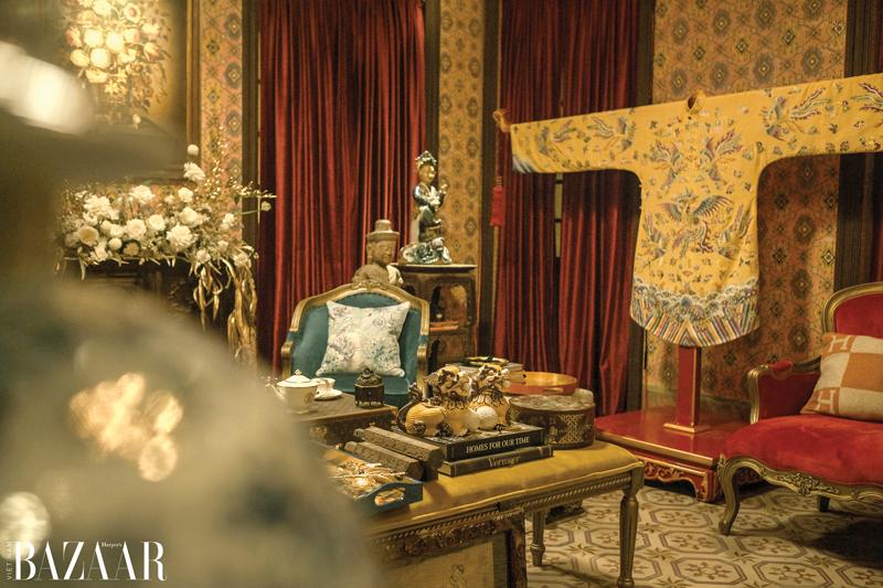 Sắc vàng tạo vẻ quyền quý cho căn phòng.