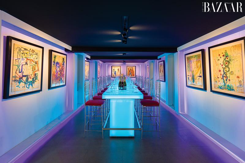 Quầy bar sử dụng đèn neon hiện đại, trông như phòng triển lãm tranh