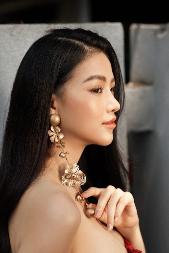 Hoa hậu Phương Khánh diện đầm dạ hội Trần Hùng đi xe bus du xuân 17