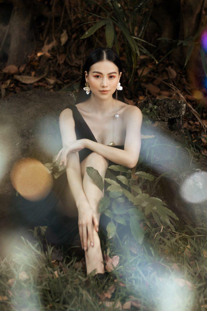 Hoa hậu Phương Khánh diện đầm dạ hội Trần Hùng đi xe bus du xuân 11