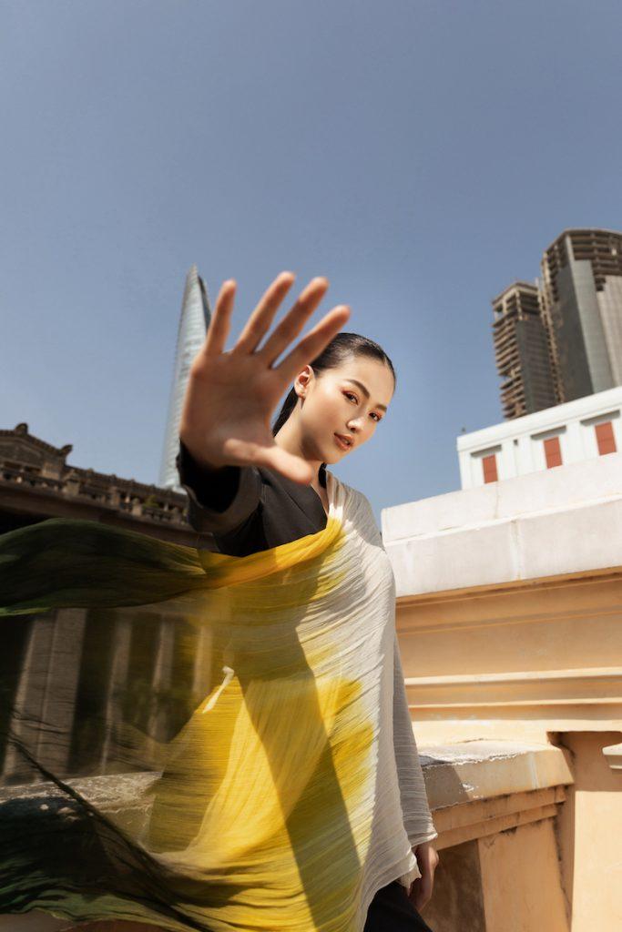 Hoa hậu Phương Khánh diện đầm dạ hội Trần Hùng đi xe bus du xuân 15