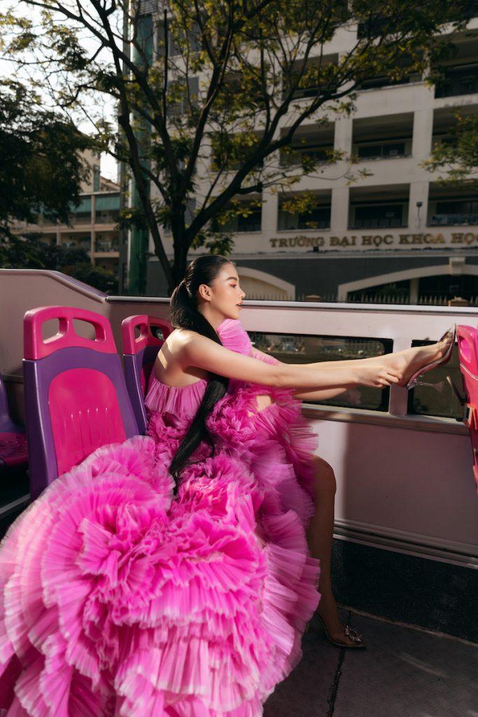 Hoa hậu Phương Khánh diện đầm dạ hội Trần Hùng đi xe bus du xuân 7