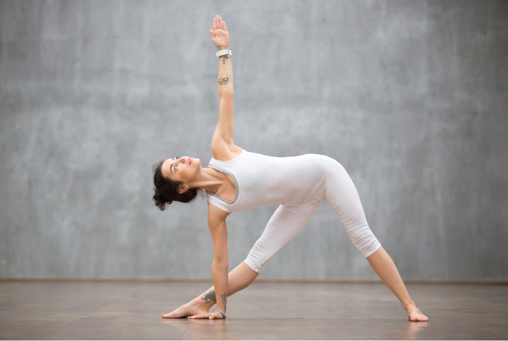 Bài tập yoga cơ bản cho người mới bắt đầu: Triangle (tư thế tam giác)