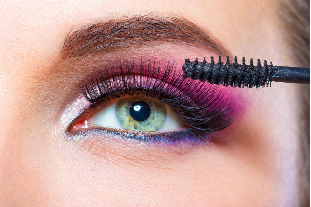 các bước trang điểm mắt: chải mascara