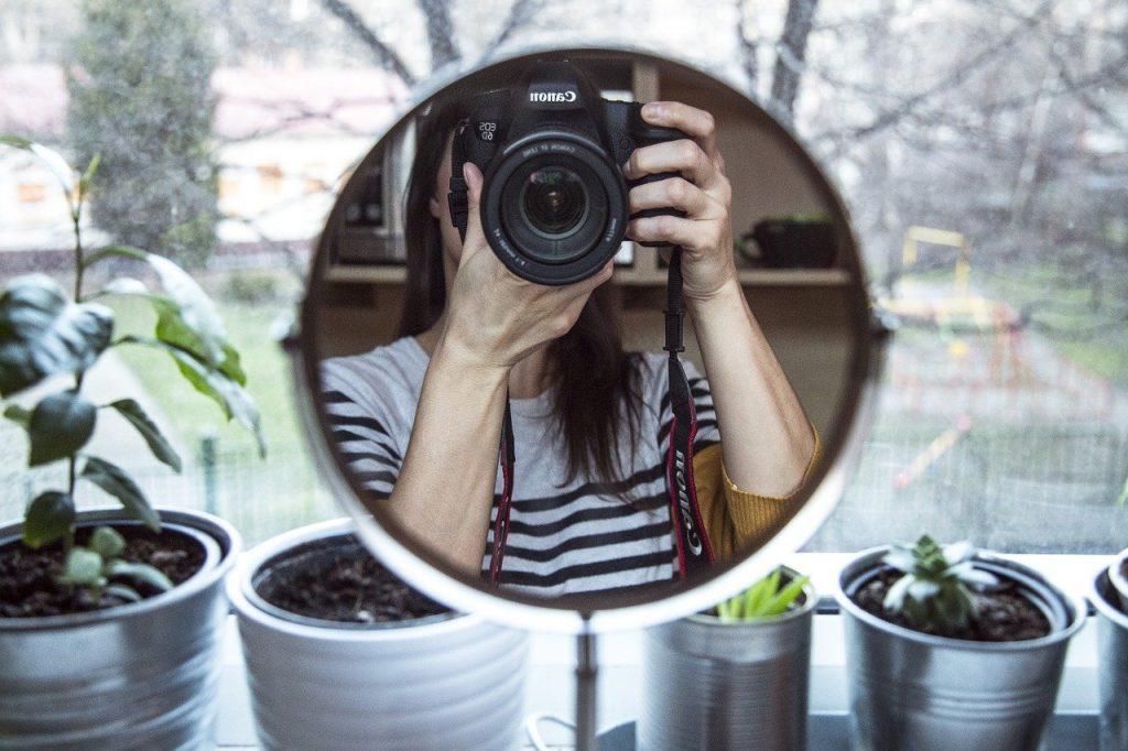 Các kiểu chụp ảnh tự sướng đẹp qua gương