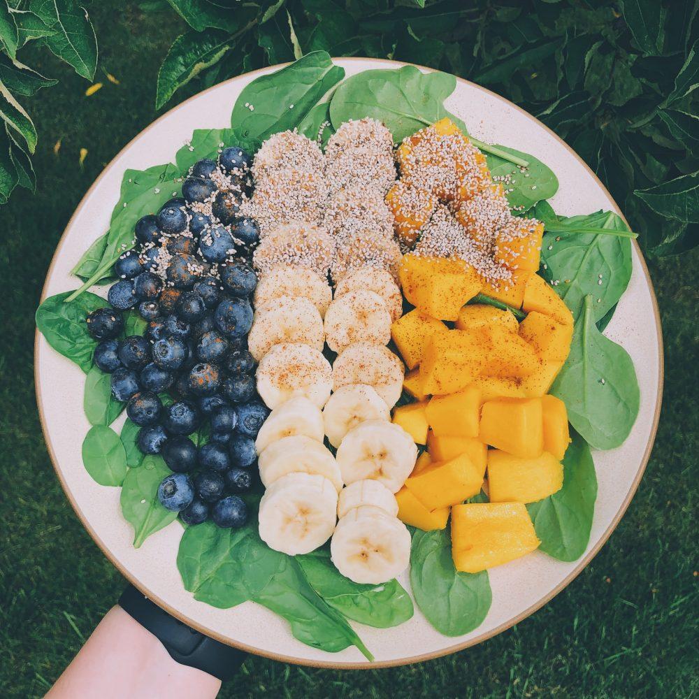 rắc hạt chia lên trái cây