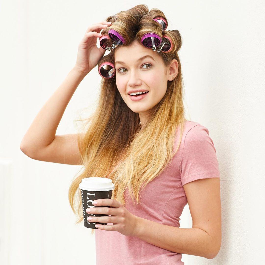 Cách duỗi tóc thẳng tự nhiên: Dùng lô quấn tóc dạng lớn