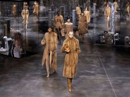 Fendi Thu Đông 2021: Kim Jones khai thác logomania đậm chất streetwear