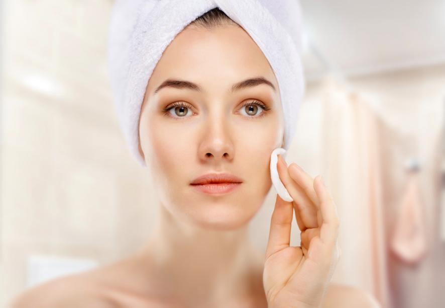 Làm sạch da với bông tẩy trang