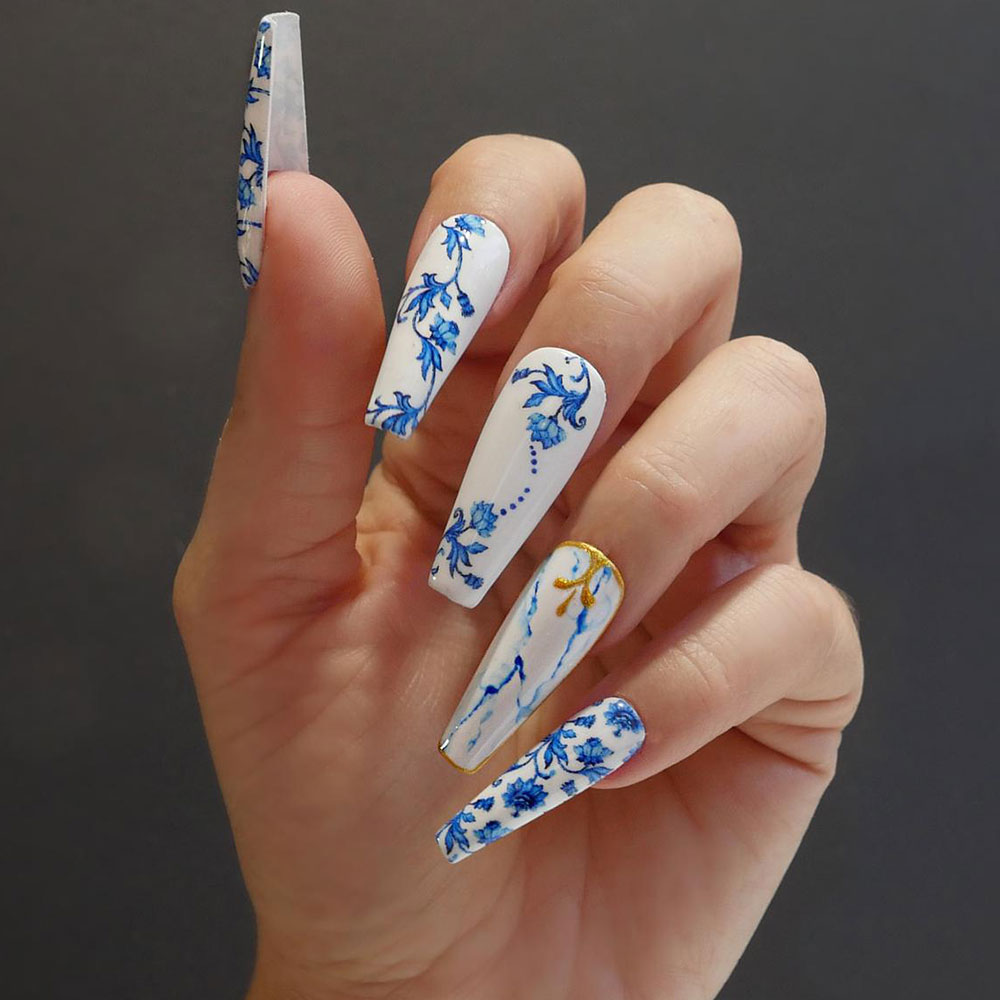 Mẫu móng tay sang đẹp chơi Tết: Bình gốm sứ men xanh