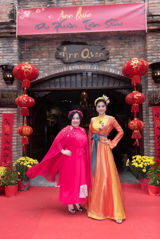 Chị Trang Lê và siêu mẫu Vũ Thu Phương chào mời khác đến buổi tiệc Tết Celebration 2021 tại Ann Quán