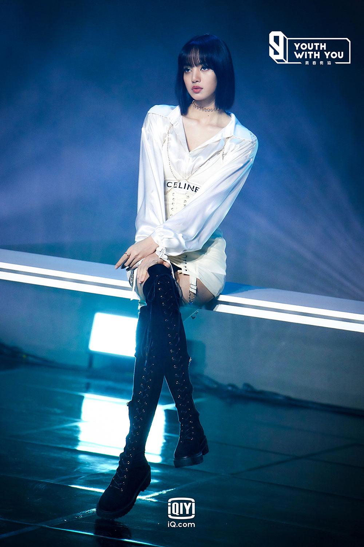 Lisa BLACKPINK mở màn Thanh Xuân Có Bạn 3 với loạt đồ hiệu xa xỉ 1