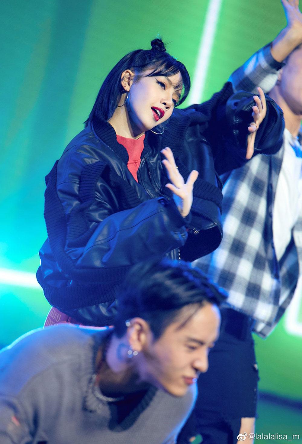 Phong cách hiện đại, năng động của Lisa Manoban trên sân khấu. Ảnh: Weibo @lalalalisa_m.