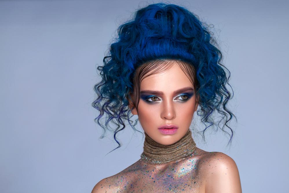 cô gái nhuộm tóc xanh