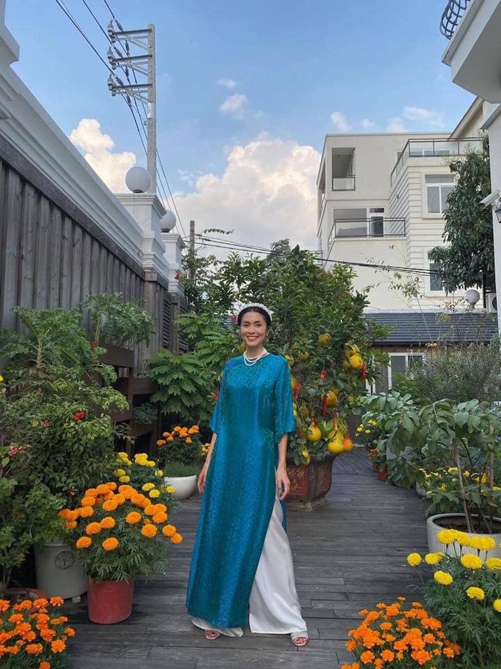 Vợ chồng Tăng Thanh Hà chuộng mốt áo dài truyền thống đầu năm mới 1
