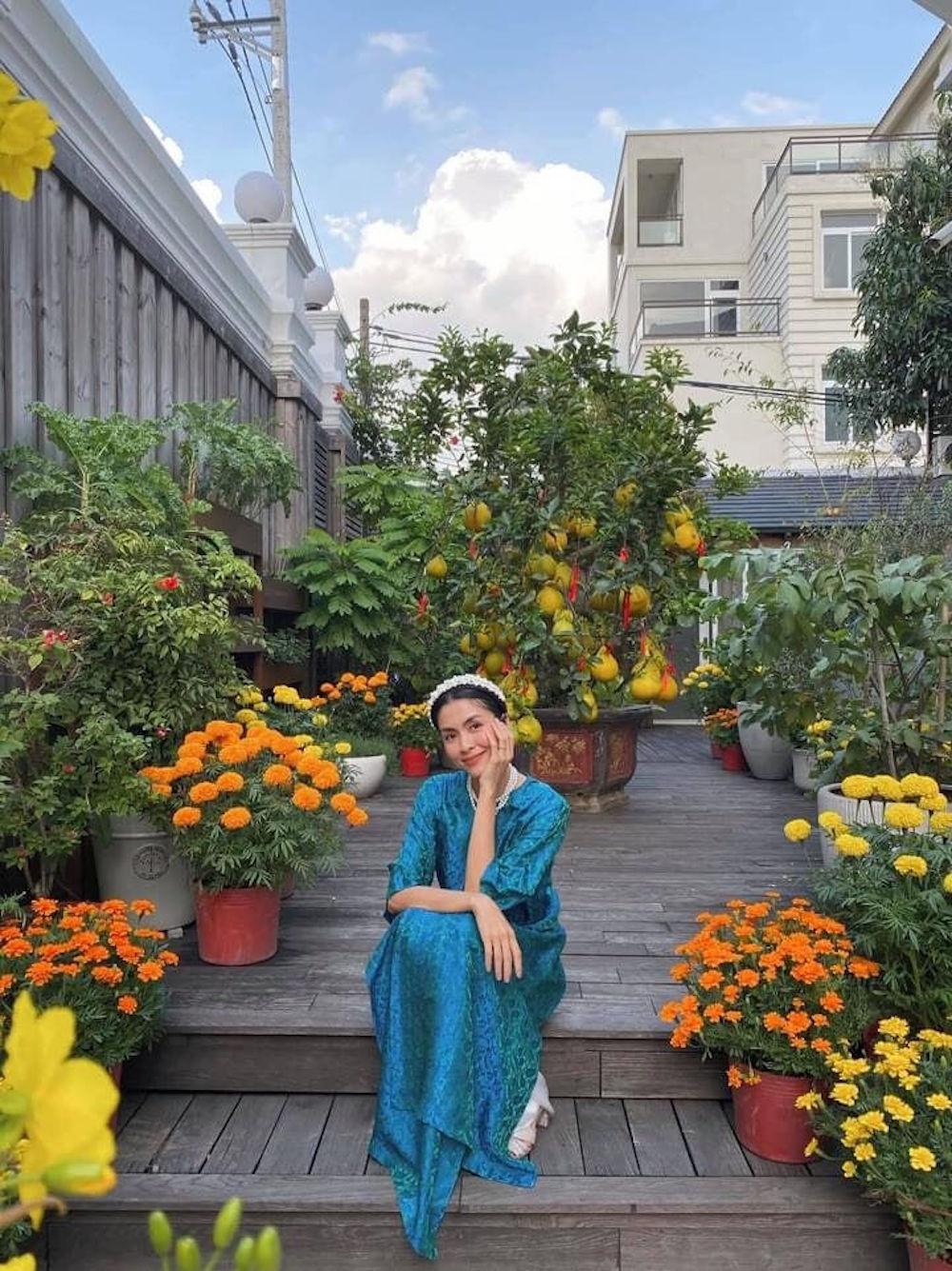 Vợ chồng Tăng Thanh Hà chuộng mốt áo dài truyền thống đầu năm mới 2