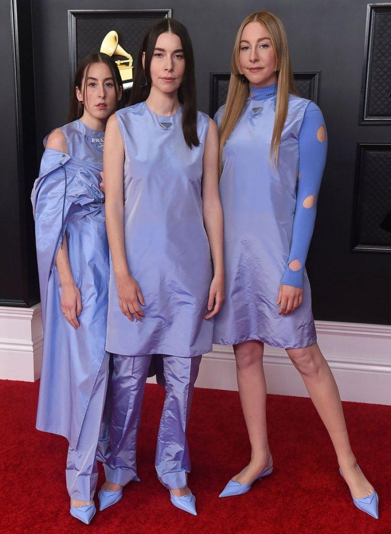 Ba chị em ban nhạc indie HAIM diện trang phục tím nhạt đồng bộ của Prada. Năm nay, HAIM có album Women in Music Pt.III gây chú ý.
