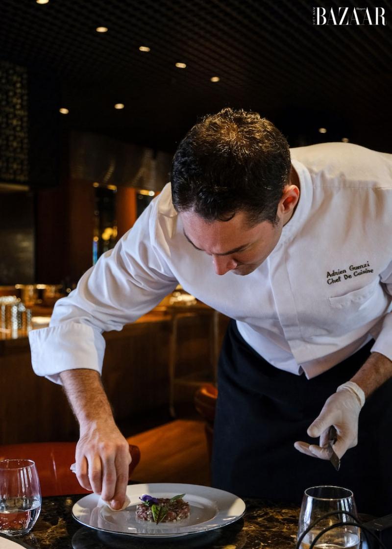 Bếp trưởng Adrien Guenzi chăm chút món ăn.