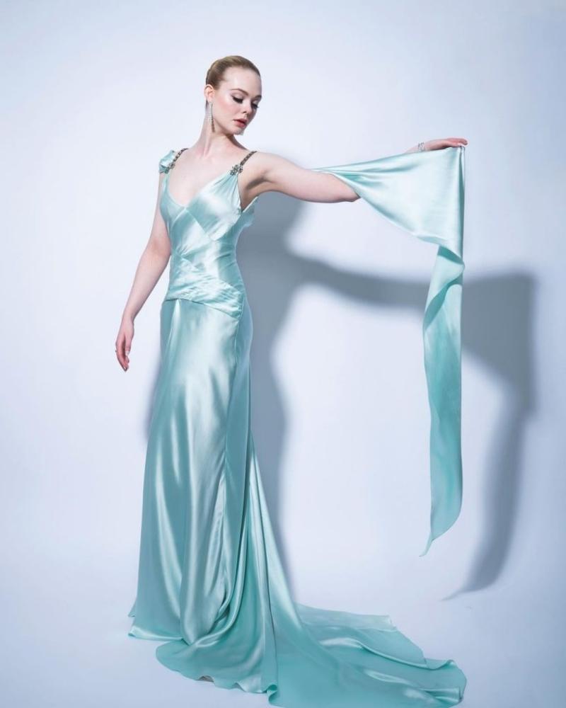 Elle Fanning hóa quý cô kiều diễm với váy lụa Gucci có phần tà cape mềm mại. Năm nay, nữ diễn viên tranh giải với vai diễn đặc sắc trong series The Great.