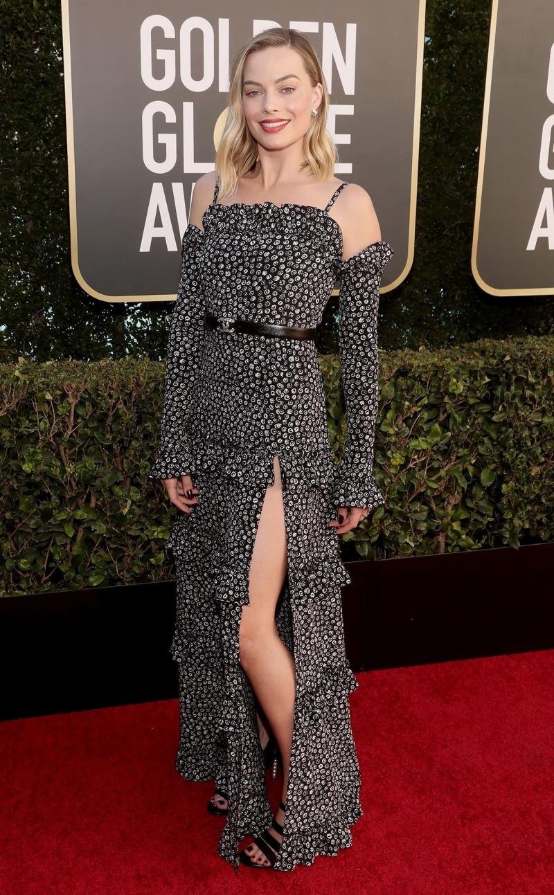 Margot Robbie khoe sắc trong đầm Chanel xẻ tà thuộc BST Xuân – Hè 2021 của Chanel.