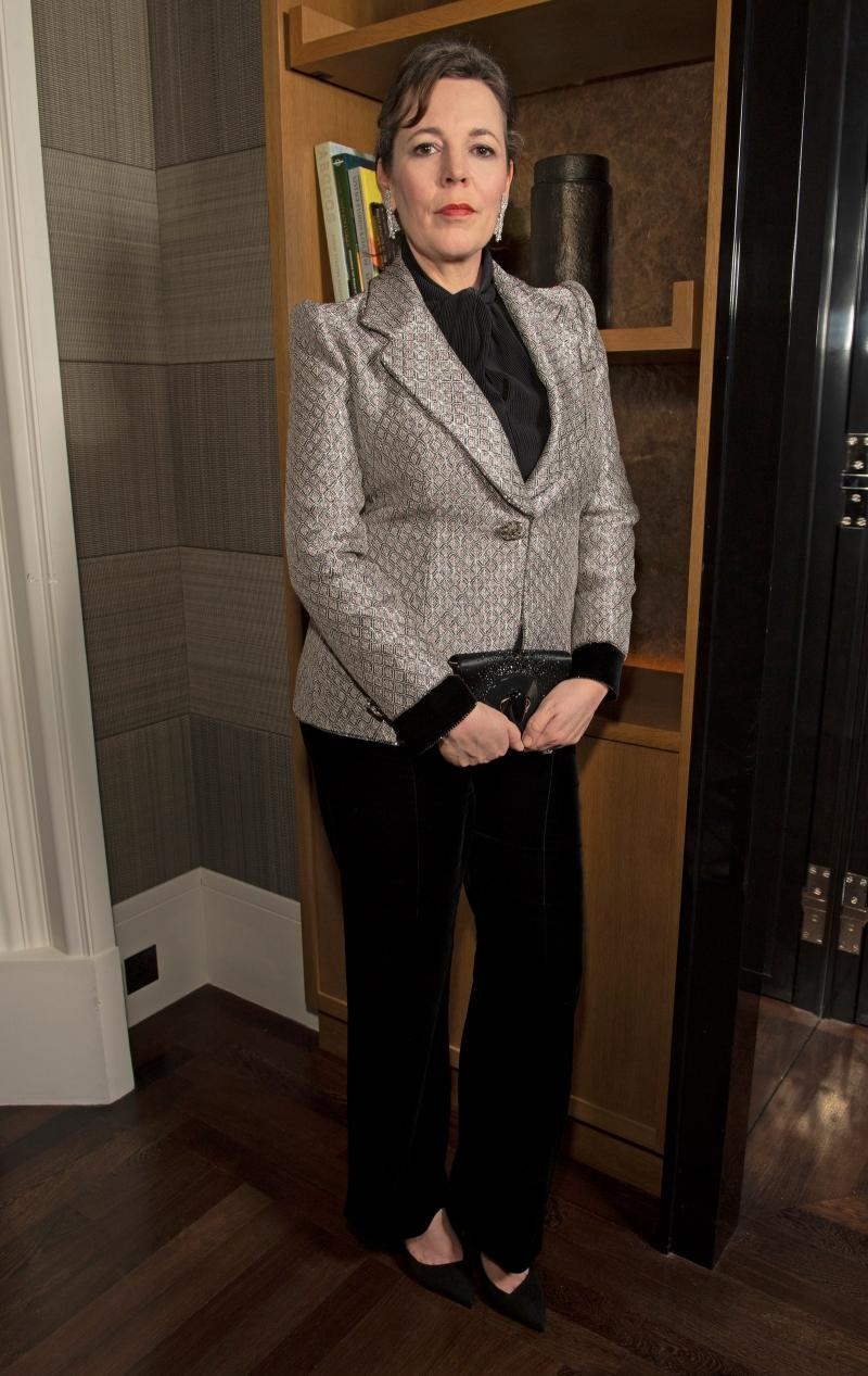 """""""Nữ hoàng Anh"""" Olivia Colman diện suit Giorgio Armani. Cầu vai rộng đã cung cấp cho ngôi sao, người được đề cử cho các màu bạc khiến Colman """"cảm thấy mạnh mẽ, tự tin và có thể đương đầu với tất cả""""."""