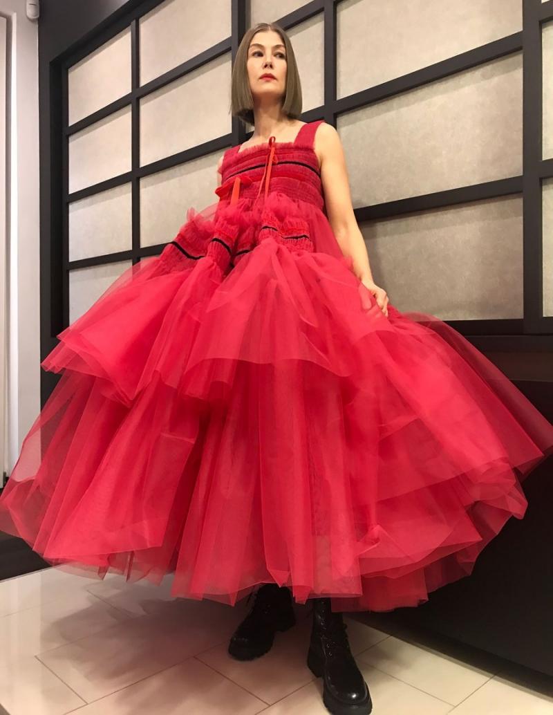 Rosamund Pike nổi bật với váy xếp tầng Molly Goddard, phối cùng Wander Boots cá tính đến từ Alexander McQueen