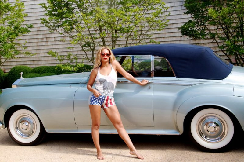 Beyoncé bên chiếc Rolls-Royce. Ảnh: hollywoodpq.com.