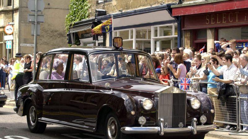 Chiếc Rolls-Royce Phantom V (1960) trong buổi diễu hành của nữ hoàng.