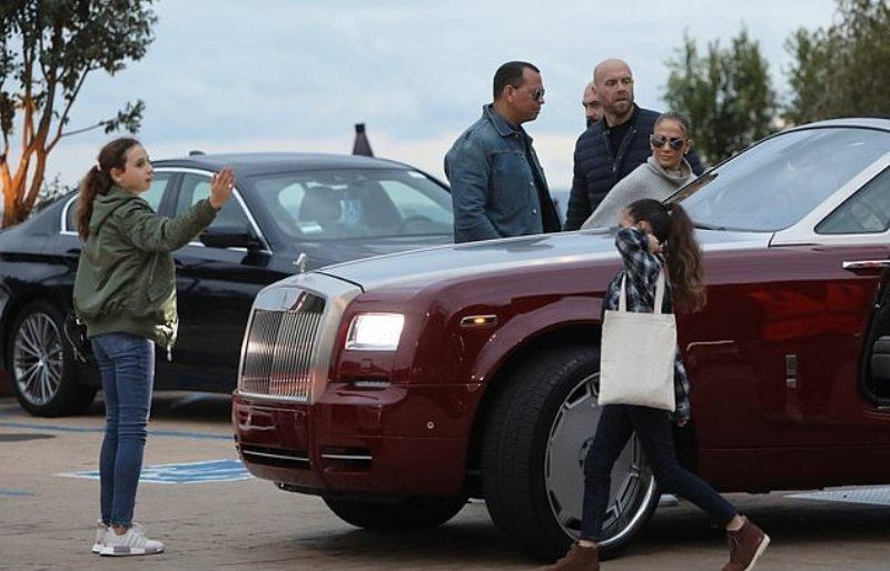Jennifer Lopez cùng bạn trai và hai con riêng bên chiếc Rolls-Royce Dawn. Ảnh: limeandlife.com.