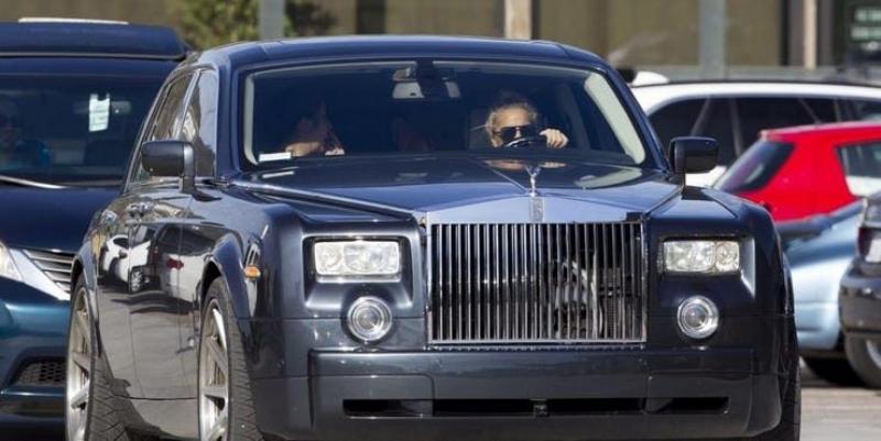 Lady Gaga tự cầm lái Rolls-Royce Phantom xuống phố. Ảnh: autosysaludcom.files.wordpress.com.