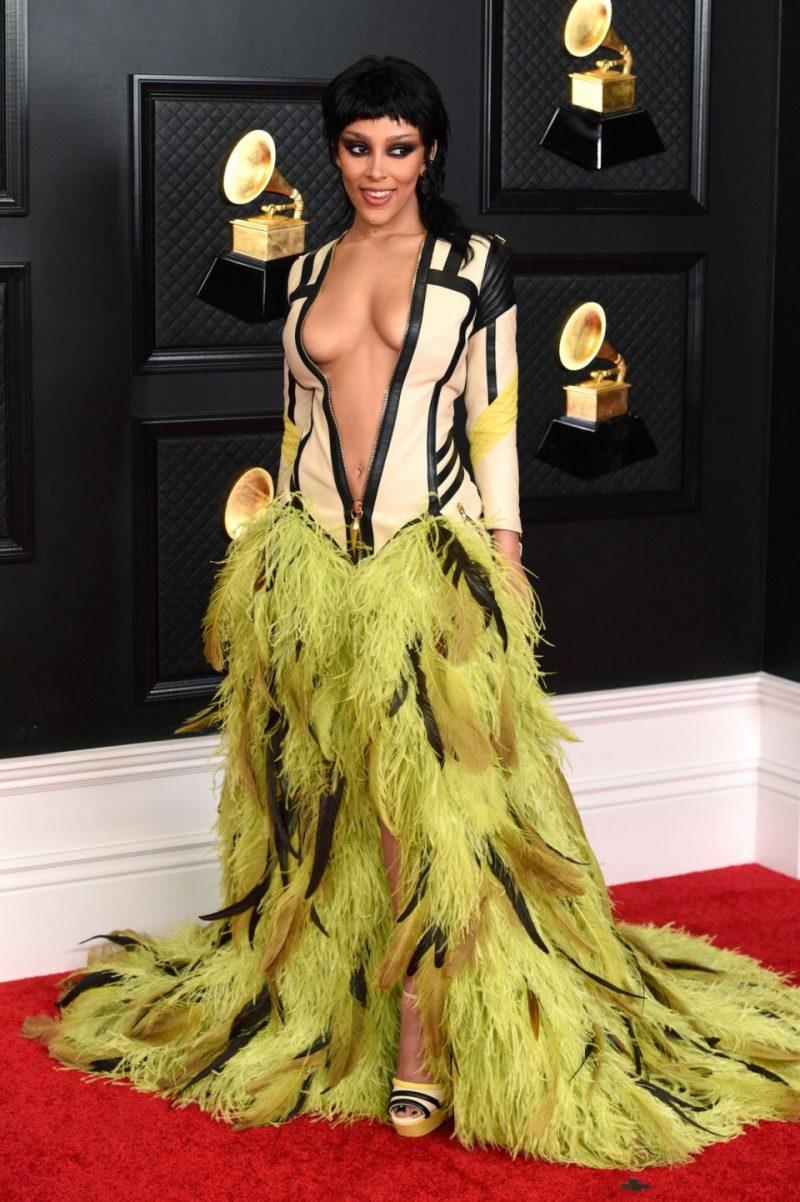 Doja Cat đến dự lễ trao giải âm nhạc thường niên Grammy lần thứ 63 trong đầm đính lông vũ lộng lẫy của Roberto Cavalli. Ảnh: Kevin Mazur/Getty Images/The Recording Academy.